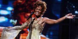 Whitney Houston se torna a primeira artista negra a conseguir três discos de Diamante