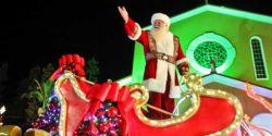 Papai Noel vai para o home office para garantir o Natal de todos